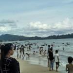 Pengunjung Pantai Pandan, Tapteng, sedang menikmati suasana pantai.