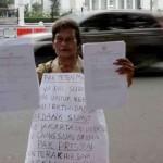 Guru asal Deli Serdang, Sumatera Utara, Nelly Dona Elita Hutabarat, 58, menggelar aksi di depan Istana Presiden, Rabu (13/7).