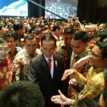 Presiden Jokowi menyalami para pengusaha di Sumut usai memberikan sosialisasi kebijakan Tax Amnesti di Medan.