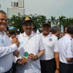 Gubsu HT Erry Nuradi dan Ketua Artipena Sumut Dr HM Isa Indrawan SE, MM salam komando di sela-sela mengikuti peringatan HANI 2016 di Lapangan Merdeka.