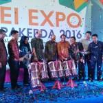 Walikota Medan H T Dzulmi Eldin bersama Ketua DPD REI Sumut, Umar Husin (tengah) membuka pameran properti terbesar di Sumut, REI Expo 2016, di Atrium Selatan, Plaza Medan Fair, Selasa (15/11).