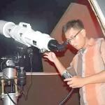 Salah satu Tim OIF UMSU sedang mengamati fenomena supermoon menggunakan teleskop di Kantor Pusat OIF, Gedung Pascasarjana UMSU Jalan Panglima Denai Medan.