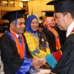 REKTOR UMSU Dr Agussani, MAP (tengah) berfoto bersama 11 wisudawan/ti yang berprestasi didampingi para orangtua di Selecta Convention Hall Medan
