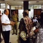 Walikota Medan Dzulmi Eldin saatt berdialog dengan pengunjung RS Pirngadi.