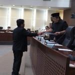 Jubir Banggar DPRD Sumut Everady menyerahkan keputusan Pimpinan DPRD Sumut terhadap hasil penyempurnaan ranperda P-APBD 2016 kepada Ketua Dewan Wagirin Arman.