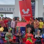 CEO Wiraland Michael Wirawan didampingi Direktur River Valley Residence Tji Yong dan lainnya saat meluncurkan The River Valley Residence dengan konsep penghijauan terbaik di Sumatera Utara.
