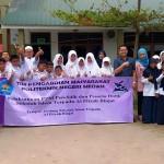 Ketua Pengabdian Hikmah, Arif, Santi, Yuyun, Yulia dan Ketua Yayasan Abdul foto bersama dengan siswa.
