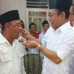 Ketua DPD Gerindra Sumut, Gus Irawan Pasaribu menyuapkan kue ulang tahun Partai Gerindra kepada Ketua DPC Kota Medan, Bobby Zulkarnain.