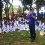 Ketua Karang Taruna Medan M Akhiruddin Nasution memberikan bimbingan kepada kohai Dojo Shindoka Karang Taruna Kecamatan Medan Johor yang melaksanakan ujian kenaikan tingkat/sabuk, Minggu (12/3) di Taman Cadika Medan.