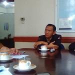 Ketua Karang Taruna Kota Medan M Akhiruddin Nasution (tengah) didampingi Sekretaris Suhardi Arbie, berbincang serius dengan Kepala Kesbangpol Kota Medan Ceko Wakhda Ritonga, saat beraudiensi.