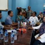 Agustina Kaban saat berbincang dengan pengurus KarangTaruna Medan dan pejabat Dinas Sosial Medan.