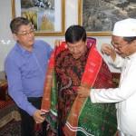 Pimpinan Ponpes Al Kautsar KH Syech Ali Akbar Marbun mengulosi  paman Presiden Joko Widodo Wahyono, bersama Ketua Yayasan Perekat Bangsa Indonesia Aliansyah (Acai Jaya).