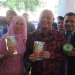 Dian Hayati (kiri) bersama Walikota Medan HT Dzulmi Eldin (tengah) dan Ketua Karang Taruna Sumut H  Solahuddin Nasution dalam satu kesempatan beberapa waktu lalu. Dian merupakan satu pelaku usaha binaan Karang Taruna Medan yang akan tampil di Penas KTNA XV, Banda Acehm 6-11 Mei 2017.