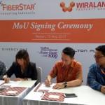 Jenny Lok selaku Director of Sales Wiraland Property Group dan Thomas Dragono, Commerce Director FiberStar didampingi Ade Roy Siagian selaku Head of West Region FiberStar melakukan penandatanganan kerjasama.