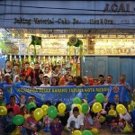 Pengusaha Acai Jaya Aliansyah bersama para pengurus Karang Taruna Medan dan Karang Taruna Medan Maimun, berbagi kebahagiaan bersama anak-anak yatim yang menerima santunan, Selasa (20/6).