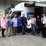 Sekretaris Karang Taruna Medan Suhardi Arbie, bersama Wakil Ketua MPKT  Aliansyah S.SHU ( Acai Jaya)  beserta sejumlah anggota Karang Taruna Medan, berfoto bersama dengan para petugas Bus Keliling  (BUZZ)  BRI usai  mendaftar sebagai penabung.