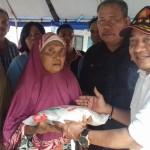 Ketua DPC Partai Gerindra Medan Bobby Zulkarnain didampingi sejumlah pengurus secara simbolis memberikan bantuan kepada para korban kebakaran di wilayah Kelurahan Sei Kera Hilir 2, Kecamatan Medan Perjuangan, Jumat (21/7).