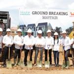 Direktur bagian Teknik dan Konstruksi Tji Jong bersama jajaran site manajemen melakukan Ground Breaking proyek perumahan Mayfair, kemarin.