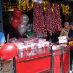 Karyawan Toko Acai Jaya melayani customer yang membeli pernak-pernik untuk merayakan HUT RI.