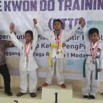 Ketua Pengprov UtiPro Sumut Bobby Zulkarnain diabadikan bersama atlet yang menjadi juara di kelasnya, pada Kejuaraan Taekwondo Open KTTC se-Sumatera 2017, yang berakhir Minggu (20/8) di Gelanggang Remaja Medan.