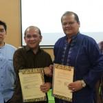 Rektor Unpab Dr H Muhammad Isa Indrawan SE MM (ketiga dari kiri) dan Ketua Kadin Sumut H Ivan Iskandar Batubara (kedua dari kiri) menunjukkan naskah MoU yang baru ditandatangani, di ruang seminar Gedung A Kampus Unpab.