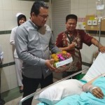 Kepala Kanwil BPJS Ketenagakerjaan Sumbagut, Umardin Lubis saat menjenguk Herlina Wati di RS Grand Medistra Lubuk Pakam.