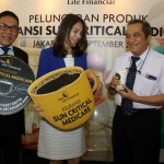 Chief Marketing Officer PT Sun Life Financial Indonesia Shierly Ge (tengah), bersama Chief Agency Officer Sun Life Financial Indonesia Wirasto Koesdiantoro (kiri), Ketua 1 Yayasan Jantung Indonesia dan Dokter Spesialis Jantung RS Harapan Kita Budhi Setianto, meluncurkan produk Asuransi Sun Critical Medicare di Jakarta, Kamis (28/9).