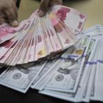 Teller BNI merapikan lembaran mata uang rupiah dan dolar Amerika di Jakarta, Rabu (15/4). Dana Moneter Internasional (IMF) mengatakan pertumbuhan ekonomi global masih moderat dan tidak merata dengan menggarisbawahi perbedaan pertumbuhan negara-negara utama dunia di tengah dampak yang berbeda dari fluktuasi mata uang dan harga minyak yang lebih rendah. ANTARA FOTO/Puspa Perwitasari/nz/15