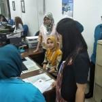 Kabag Pemasaran BPJS Ketenagakerjaan Kanwil Sumbagut bersama rombongan melihat langsung teknis proses SPO seperti klaim JHT dan pendaftaran di kantor BRI Medan Cabang Iskandar Muda.