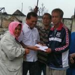 Ketua Alumni SMAN3 Angkatan 80 Razali Husein menyerahkan bantuan kepada korban kebakaran di Tanjung Mulia Medan.