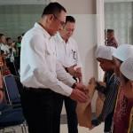 General Manager PLN Wilayah Sumut Feby Joko Priharto secara simbolis menyerahkan bingkisan kepada anak peserta khitanan massal.