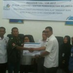 Manager PLN Sektor Pembangkitan Belawan Andi Makkasau saat menyerahkan bantuan secara simbolis kepada nelayan penerima bantuan di Aula Kantor Camat Belawan, Rabu (3/1/2018).