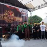 GM Pertamina MOR I Erry Widiastono melepaskan anak panah saat membuka kegiatan HSSE Warrior 2018, di lingkungan PT Pertamina MOR I, Jl. KL Yos Sudarso Medan, Kamis (18/1/2018).