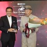 "Presiden Direktur CIMB Niaga Tigor M. Siahaan (kiri) menyerahkan penghargaan utama A Lifetime Recognition for Best Developer kepada Ciputra selaku pendiri Ciputra Group (kanan) pada acara ""KPR CIMB Niaga Night of Inspiration"" di Jakarta, Senin (26/3/2018)."
