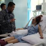 Direktur Pelayanan BPJS Ketenagakerjaan Krishna Syarif saat mengunjungi pasien Kecelakaan kerja di Ruangan ICU Rumah Sakit Siloam Medan, Kamis (6/4).