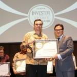 Kepala Eksekutif LPS Indonesia Fauzi Ichsan menyerahkan penghargaan yang diterima Kepala Divisi Retail SME PT Bank Mestika Dharma, Tbk Albertus M. Dooradi.