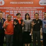 REKTOR Unpri Dr Chrismis Novalinda Ginting MKes (5 dari kiri) diabadikan bersama pihak LIMA dan Perbasi Sumut usai menggelar konferensi pers.