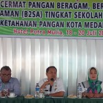 Kepala Dinas Ketahanan Pangan Kota Medan, Muslim Harahap didampingi panitia dan dewan juri menyampaikan sambutan pembukaan Cerdas Cermat B2SA tingkat SD se-Kota Medan, Rabu (18/7).