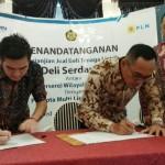General Manager PT PLN (Persero) Wilayah Sumatera Utara, Feby Joko Priharto (kedua kanan), melakukan penandatanganan naskah Perjanjian Jual Beli Tenaga Listrik (PJBL) atau Power Purchase Agreement (PPA) dengan Direktur PT Cipta Multi Listrik Nasional, Franstan Wijaya, di Medan, Rabu 26 September 2018.