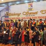 Kepala LLDikti Sumatera Utara foto bersama pendiri UNPRI, ketua BPH UNPRI, rektor dan jajarannya, dan para dekan, serta para wisudawan pada acara wisuda sarjana, pascasarjana dan diploma UNPRI.