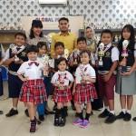 SISWA-SISWI Sekolah Global Prima Medan yang berhasil meraih berbagai prestasi, foto bersama sembari memegang tropi saat berada di sekolahnya.