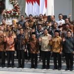 Presiden Joko Widodo didampingi Wakil Presiden Ma'ruf Amin foto bersama para menteri Kabinet Indonesia Maju usai memperkenalkan mereka di Istana Merdeka, Jakarta, Rabu (23/10/2019).