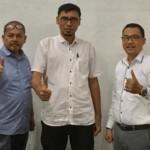 Kabag Sekretariat PTPN II, Irwan SE bersama Kordinator Humas Sutan Panjaitan dengan Manager PLT Bio Gas Dedy Gurning diabadikan saat berikan keterangan kepada sejumlah media wartawan di Tanjungmorawa.