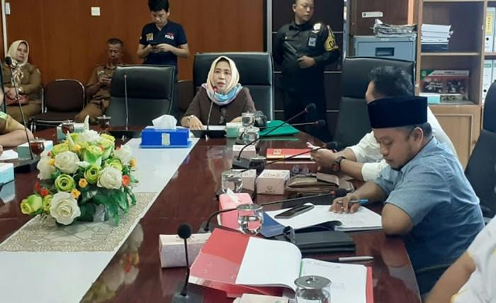 Waspada/ist Direktur De'Glass Residences Devi Marlin SH MH, menyampaikan permasalahannya atas pembangunan De'Glass Residences, pada RDP di Komisi IV DPRD Kota Medan.