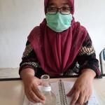 Ketua Tim Peneliti Unpab Najla Lubis menunjukkan hasil penelitiannya.