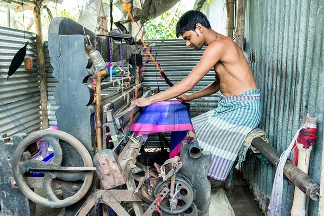 weaving jamdani saree