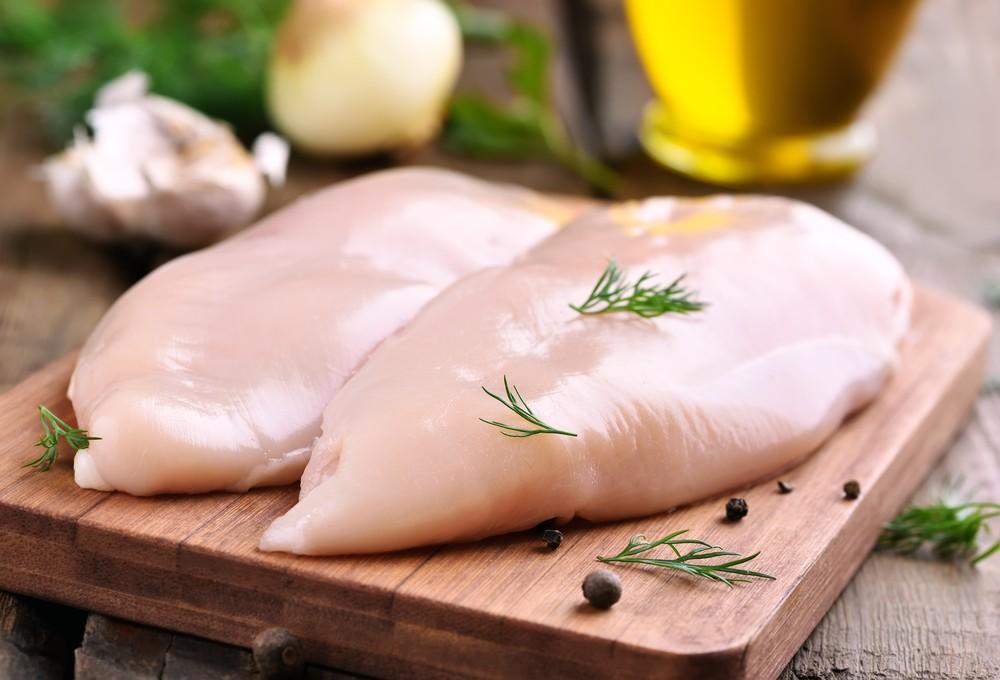 你可透过进食肉类、家禽、鱼及果仁等食物,摄取维他命B3。