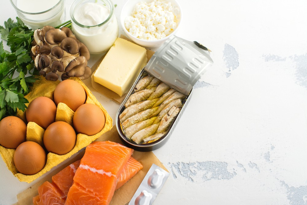 你可进食三文鱼、沙丁鱼、蛋黄和牛奶等摄取维他命D。