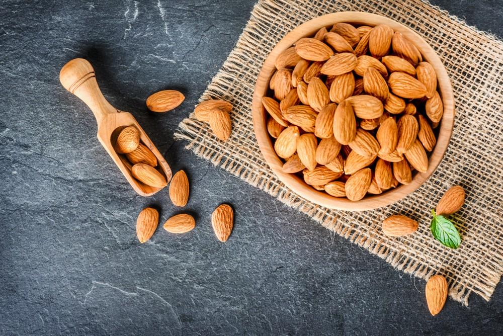 杏仁和其他果仁及种子一样,对眼睛健康都有益。 杏仁含维他命E,规律摄取维他命E,可有助预防和年纪有关的黄斑部退化及白内障。