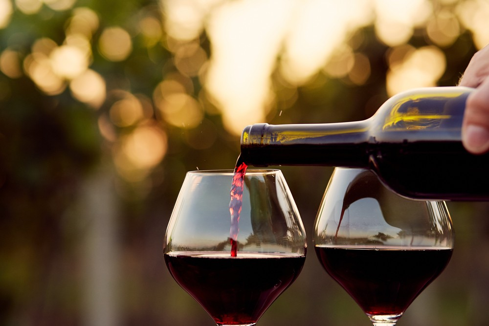 酒精会增加流产和死胎的风险,因此建议孕妇完全避免饮用酒精。